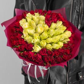 101 Красная и Белая Роза (30-40 см.) сердце в упаковке фото