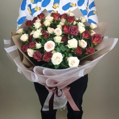 11 Кустовых Белых и Шоколадных Роз (50 см.) фото