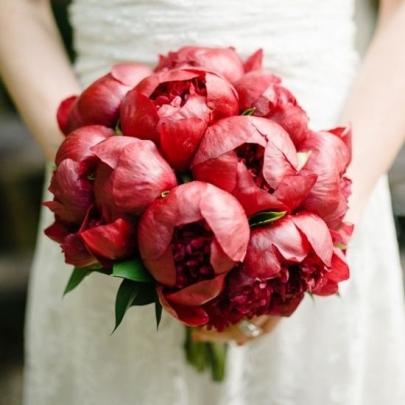 11 Красных Пионов в букете невесты фото