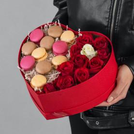 11 Красных Роз (50 см.) в коробке сердце с макарони фото