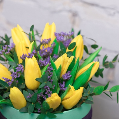 Шляпная коробка с 11 желтыми тюльпанами фото