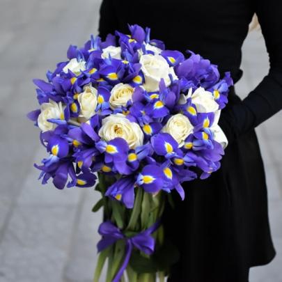 15 Белых роз и Ирисы фото
