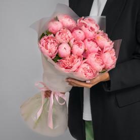 15 Розовых Пионов в упаковке фото
