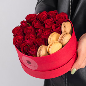 17 Красных Роз (40 см.) в коробке с макарони фото