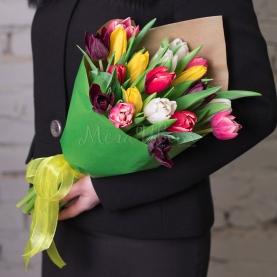 19 Разноцветных Пионовидных Тюльпанов в крафте фото