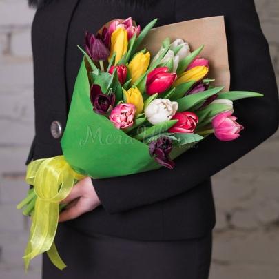 19 Разноцветных Тюльпанов в крафте фото