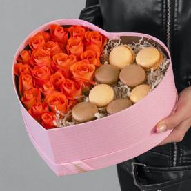 21 Ярко-Оранжевая Роза в коробке сердце с макарони фото