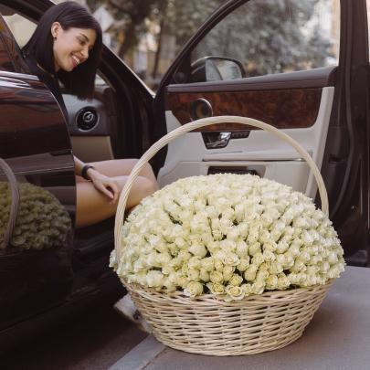 501 Белая Роза в корзине фото