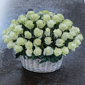 51 Белая Роза в корзине фото