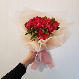 9 Красных Фрезий фото
