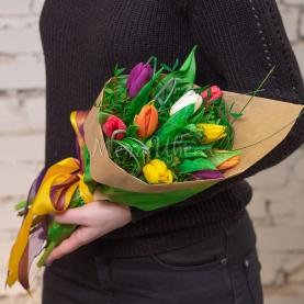 9 Разноцветных Тюльпанов в крафте фото