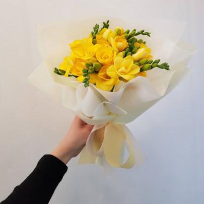 9 Желтых Фрезий фото