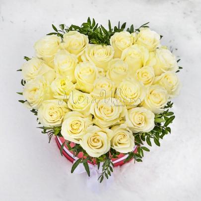 Сердце из 25 белых роз фото