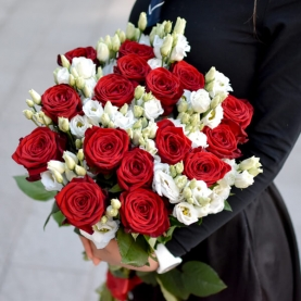 """Букет """"Белые Эустомы и Красные Розы"""" фото"""