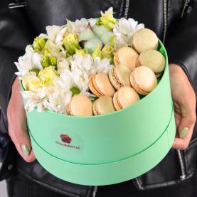 """Букет """"Цветы и 9 Макарони"""" в коробке фото"""