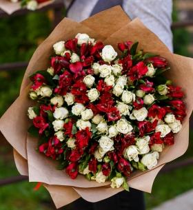 """Букет """"Красные Альстромерии и Розы"""""""