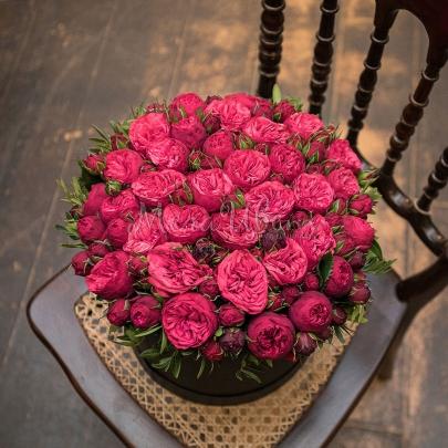 35 Красных Роз Кустовых Пионовидных в шляпной коробке фото