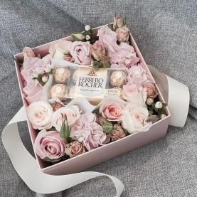 Коробка С Цветами И Конфетами №2 фото