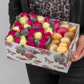 """Букет """"25 Белых и Розовых Роз и Макарони"""" в коробке фото"""