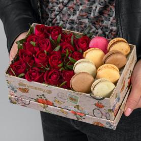 35 Красных Роз (30-40 см.) в коробке с макарони фото