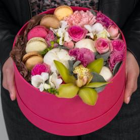 """Букет """"11 Цветов и Макарони"""" в коробке фото"""