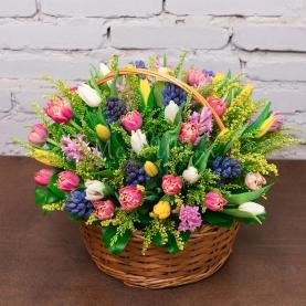 """Корзина с цветами """"На 8 Марта"""" фото"""