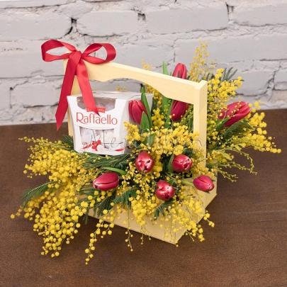 Ящик с цветами и конфетами №1 фото