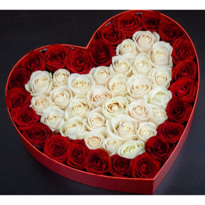 Сердце из 51 Бело-Красной Розы фото