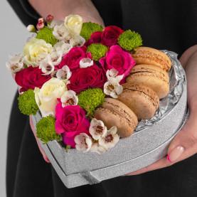 """Букет """"Цветы и 4 Макарони"""" в коробке сердце фото"""