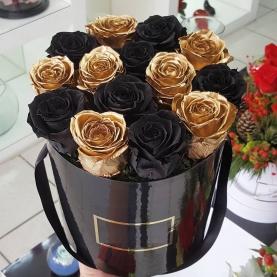 """Шляпная коробка """"15 Золотых и Черных Роз"""" фото"""