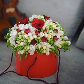 "Шляпная коробка ""51 Фрезия И Ранункулюсы"" фото"