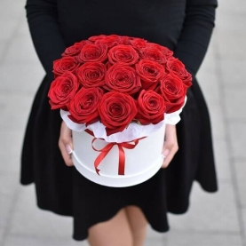 "Шляпная коробка ""19 Красных Роз"" фото"