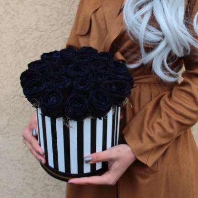 "Шляпная коробка ""25 Черных Роз"" фото"