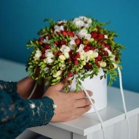 """Шляпная коробка """"47 Белых и Красных Фрезий"""" фото"""