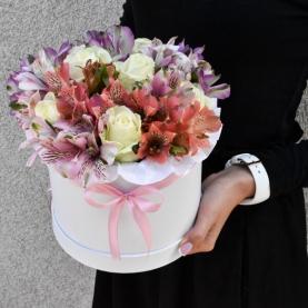 """Шляпная коробка """"Белые Розы и Альстромерии"""" фото"""
