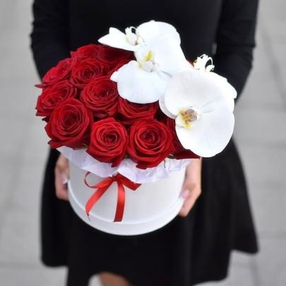"""Шляпная коробка """"Розы и Орхидеи"""" фото"""