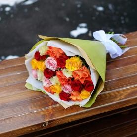 25 Разноцветных Роз в крафте фото