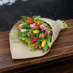 25 Разноцветных Тюльпанов  в крафте фото