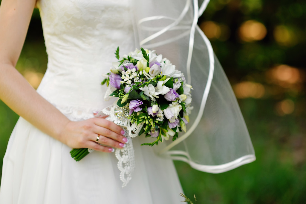 Дню свадебные букеты из белых роз и фрезий цветов хризантемами фото